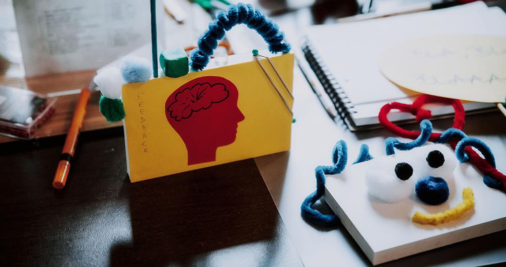 Verschiedene Thinking-with-Hands-Modelle aus einem Workshop liegen wohl platziert auf der Arbeitsfläche.